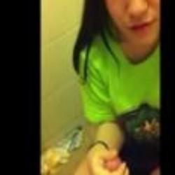 可愛い。スマホで撮影された黒髪の女の子のリアルフェラ