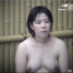 熟女の裸体が丸見え露天12